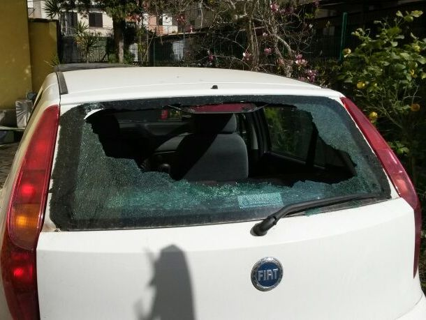 Risultati immagini per auto vetro posteriore rotto