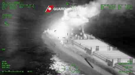 Incendio su rimorchiatore al largo Gioia T., nessun ferito