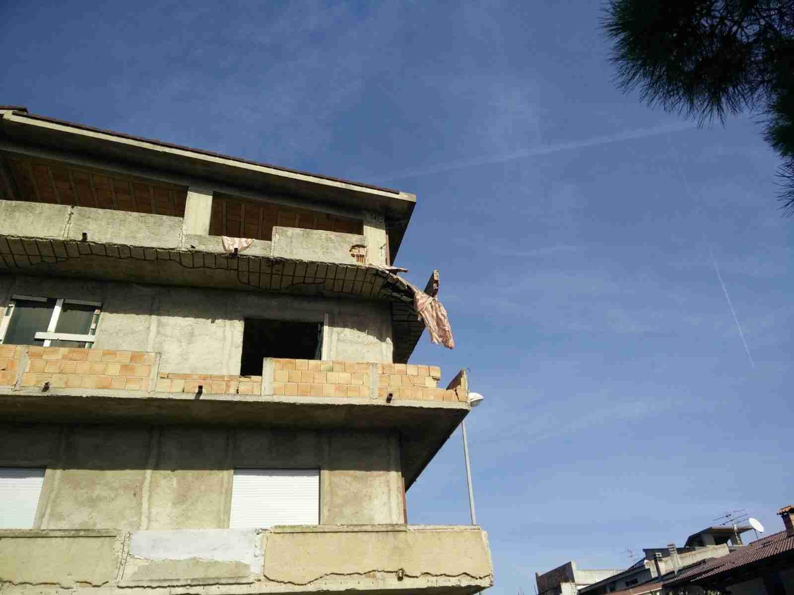 Tragedia a San Ferdinando: donna muore travolta da un balcone