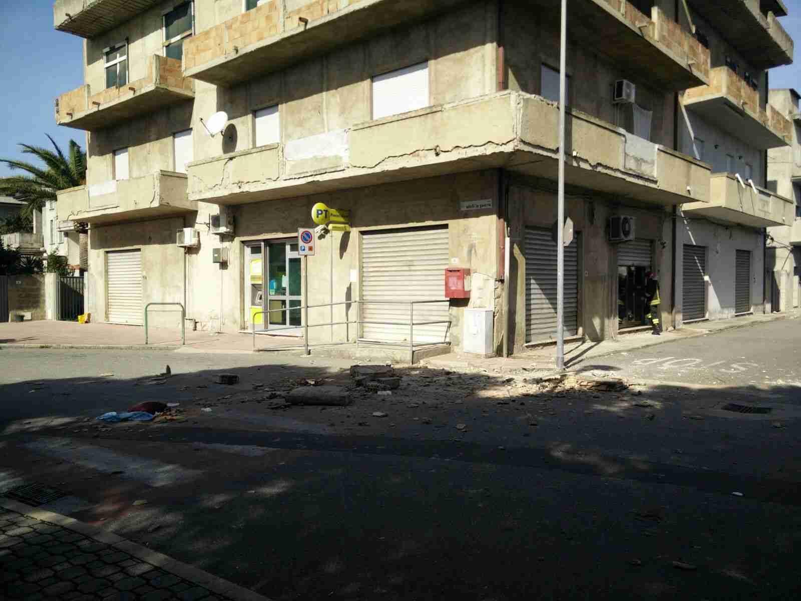 Crolla un balcone a San Ferdinando, travolta e uccisa una donna