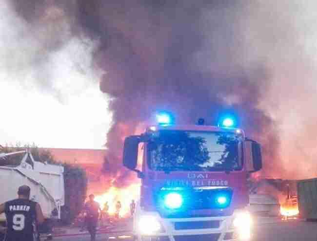 L'incendio (foto postata su Facebook da Pino Pratticò)