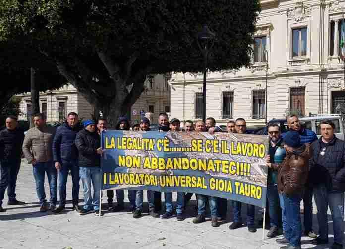 I lavoratori di Universal services davanti alla Prefettura